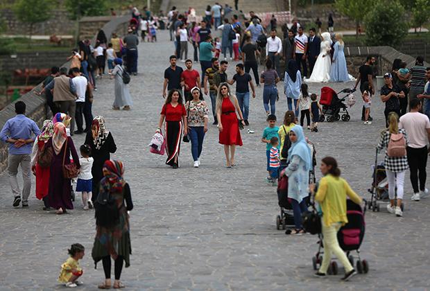 В парке в преимущественно курдском городе Диярбакыр можно встретить девушек и в брюках, и в мини-юбках, и в традиционных мусульманских платьях.