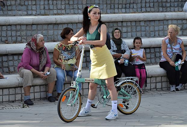 Молодые турчанки принимают активное участие в различных общественных мероприятиях. Например, эта жительница Анкары поддержала европейскую неделю мобильности.