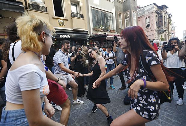 В Стамбуле многие представители ЛГБТ-сообщества не скрывают своей ориентации. Кроме того, в городе проходит гей-парад.