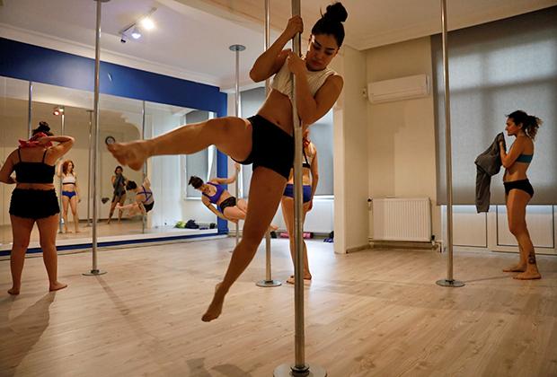У современных турчанок те же хобби, что и у девушек из других стран Европы. Например, танцы на шесте.