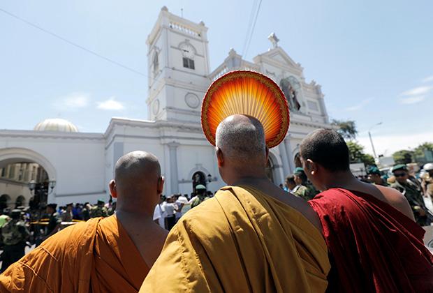 Буддистские монахи у церкви Святого Антония, где произошел взрыв