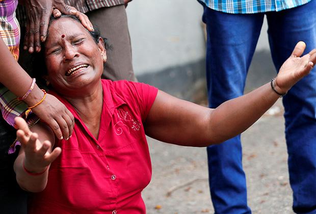 Женщина оплакивает погибшего родственника