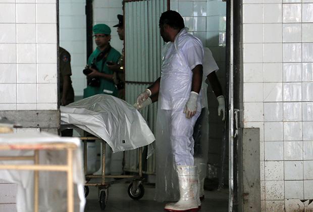 Медик рядом с телами жертв взрыва в церкви Святого Антония