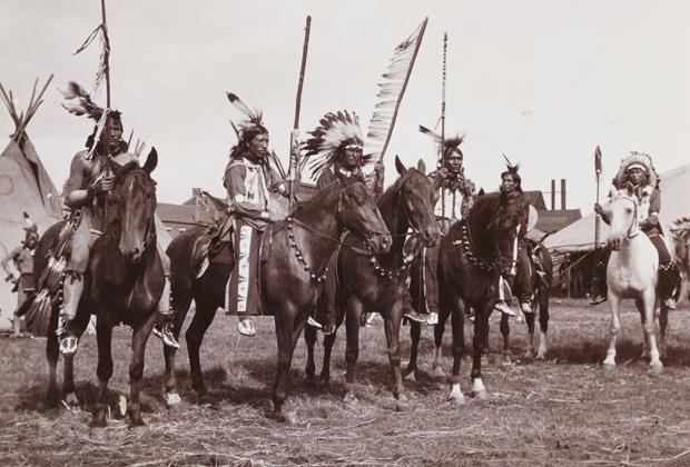 Группа индейцев во время шоу, примерно 1905 год