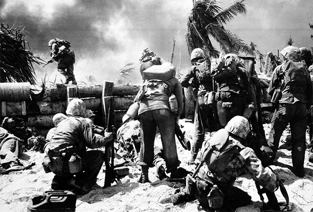 Морские пехотинцы США во время битвы за атолл Тарава, 1943 год
