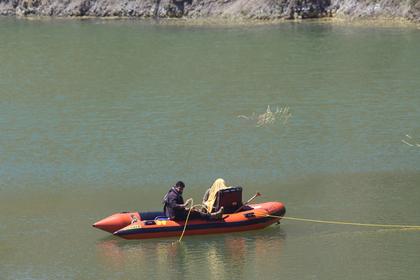 Спасатели на надувной лодке работают в озере, разыскивая пропавшую шестилетнюю девочку на плотине Ксилиатос на Кипре