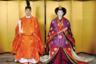 Сейчас японский император не имеет политических полномочий. Он выполняет церемониальные функции, являясь символом государства и единства народа. Однако так было не всегда. Императоры держали власть в своих руках до XIII века, когда ее забрали себе сёгуны — полководцы, представители влиятельных родов. Монархи смогли вернуть себе полномочия в 1868 году во время Реставрации Мэйдзи — тогда было восстановлено прямое императорское правление с практически безграничными правами.  <br></br> Все это время народ считал монарха воплощением божества: до выступления императора Сёва (Хирохито) в 1946-м, после поражения Японии во Второй мировой войне. Тогда он вынужден был публично отречься от божественной природы. После принятия конституции 1947 года император окончательно превратился в живой символ, по сути, потеряв право вмешиваться в государственные дела.