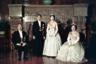 Акихито оказался первым японским принцем, женившимся на простолюдинке. В 1957-м он на теннисном корте познакомился с Митико Сёдой — дочерью бизнесмена-мукомола, происходившего из обычной семьи. Через год их помолвку официально одобрили. Свадьбу в итоге сыграли в апреле 1959 года.  <br></br> У пары родилось трое детей: сыновья Нарухито и Фумихито, а также дочь Саяко. Вопреки традициям, родители воспитывали их сами, не отдавая гувернерам.