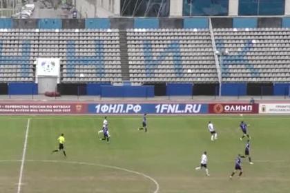 Российский футболист мячом сбил пролетавшую над стадионом птицу