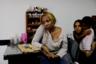 16-летняя студентка Валерия Диас решила продать часть своих волос за 100 долларов. На вырученные деньги она планирует купить телефон и помочь семье. Вскоре ее лицо уже не будут обрамлять густые и длинные волосы.
