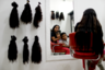 Мать девушки, Йени Гомес, нервно смеется и пытается подбодрить решительную дочь. «Ты даже не заметишь изменений», — заверяет 43-летняя венесуэлка.