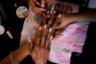 49-летняя парикмахерша Кармен Мерчани знает об этом не понаслышке. По ее словам, за десятки лет, что она работает в салоне красоты, ситуация заметно ухудшилась. Около года назад клиенты перестали посещать ее салон из-за нехватки денег. Тогда Мерчани начала оказывать услуги в обмен на еду.