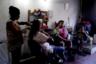 Все больше женщин Венесуэлы, проживающих в бедных районах страны, продают волосы в салонах красоты. Отказаться от роскошных причесок их вынуждают голод и нищета. Для венесуэлок радикальная стрижка оказывается непростым решением. Их соотечественницы не раз выигрывали конкурсы красоты, в том числе благодаря густым длинным волосам.