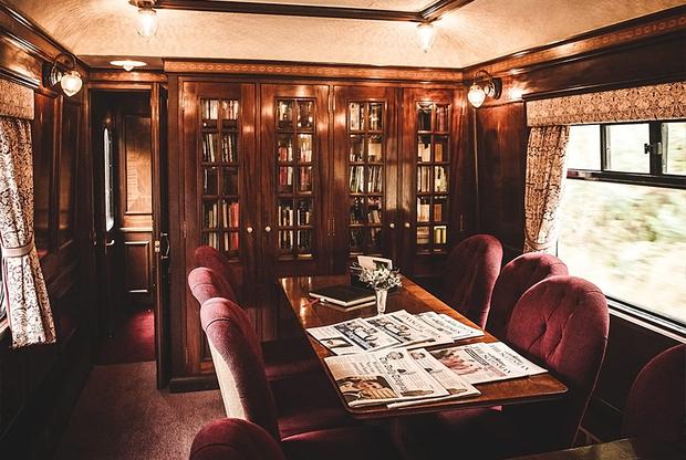 Путешествие по Шотландии на роскошном поезде Royal Scotsman начинается в Эдинбурге и продолжается от двух до семи дней. Пассажирам предлагают несколько остановок, во время которых можно посетить средневековые замки, национальные парки, известные шотландские вискикурни и крошечные деревушки. <br> <br> Винтажные купе с отделанными деревом стенами, коврами и канделябрами вмещают 36 пассажиров. В поезде помимо спальных вагонов есть два ресторана — Victory («Победа») и Raven («Ворон»), спа-центр и обзорный вагон. Цена билета — от трех тысяч долларов.
