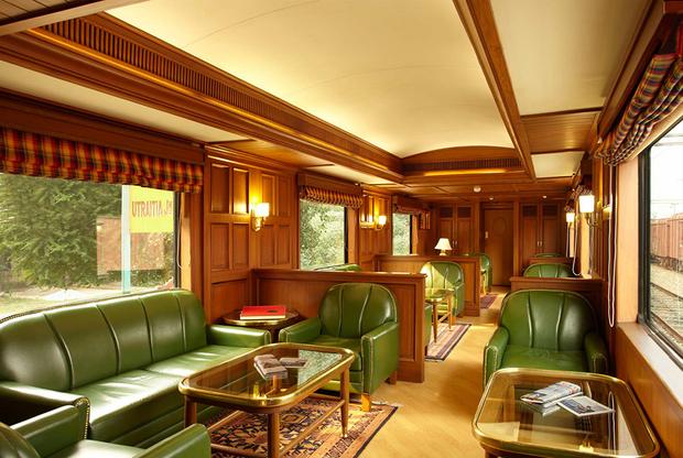 Самые дорогие билеты в мире — на поездку в Maharajas Express. Этот индийский поезд ежегодно занимал первое место в рейтинге лучших люксовых поездов мира TheWorld Travel Awardsс 2012 по 2017 год. Maharajas Express охватывает более 12 направлений Северо-Западной и Центральной Индии.  <br> <br> Поезд состоит из 23 вагонов, среди которых 14 пассажирских, два вагона-ресторана Rang Mahal и Mayur Mahal, вагон-бар, вагон-лаунж с библиотекой и сувенирный магазин. Интерьер поезда представляет собой реплику королевского дворца Индии. Цена самой длительной 10-дневной поездки Indian Panorama в самом дорогом президентском сьюте составляет 50 тысяч долларов.