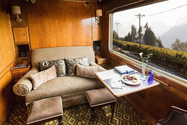 Роскошный южноафриканский поезд Blue Trainза двое суток преодолевает 1600-километровый путь между Преторией и Кейптауном. Во время путешествия можно любоваться южным побережьем ЮАР и саваннами национального парка Крюгера — средой обитания антилоп, жирафов и буйволов. <br> <br> В голубых вагонах поезда пассажиров встречают дворецкие. В каждом купе — личные ванные комнаты с мраморными полами. Для гостей Blue Train работают вагон-бар, вагон-гостиная, вагон-клуб и изысканный вагон-ресторан Blue Train, кухня которого была несколько раз удостоена международных наград. Стоимость двухдневного путешествия — 1500 долларов.
