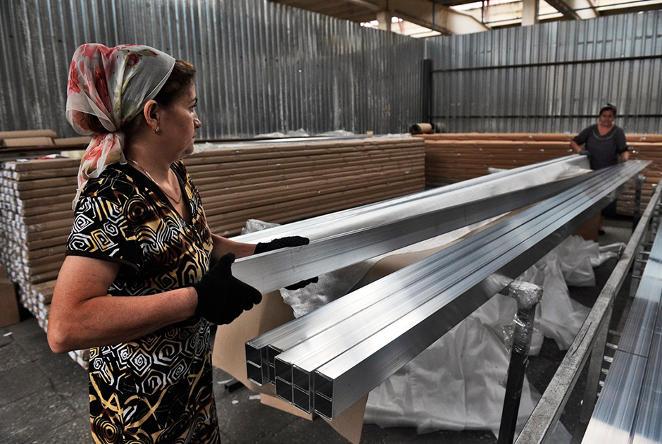 Женщины во время работы на линии по производству алюминиевого профиля на заводе легких сплавов в Ингушетии