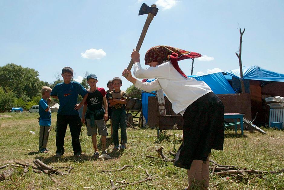 Женщина с топором в Дагестане