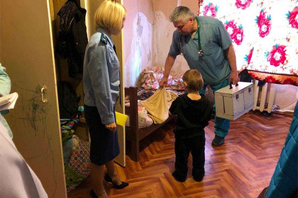 Бросившая двух детей в грязной квартире россиянка уехала рожать третьего