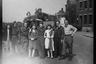 Групповой портрет британских военных из 51-й высокогорной дивизии и американского радиста на улице города. Нидерланды, 1944 год.
