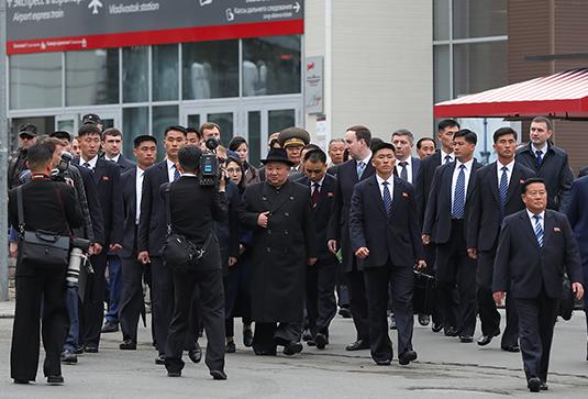 Ким Чен Ын, делегация КНДР и российские чиновники во Владивостоке
