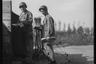 Американские солдаты идут в столовую в армейском полевом лагере. Нидерланды, 1944 год.