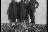 Американские солдаты у стены разбомбленного дома. Голландия, 1944 год.