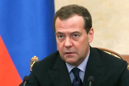 Медведев поручил немедленно выплатить долги позарплатам вгосучреждениях