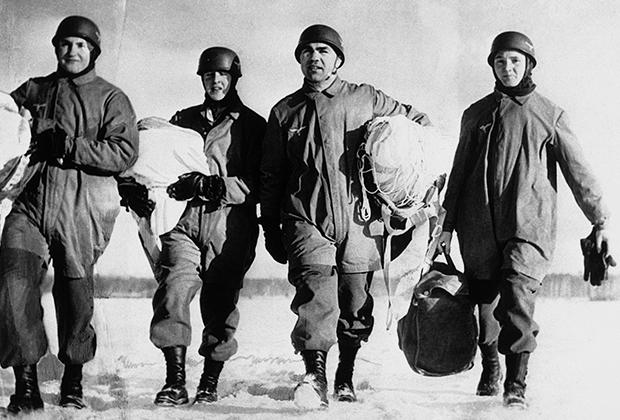 Шмелинг (второй справа) на службе в вермахте, февраль 1941 года