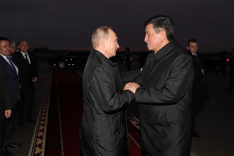 Президент РФ Владимир Путин и президент Киргизии Сооронбай Жээнбеков (справа) во время церемонии проводов в аэропорту Бишкека, 28 марта 2019 года