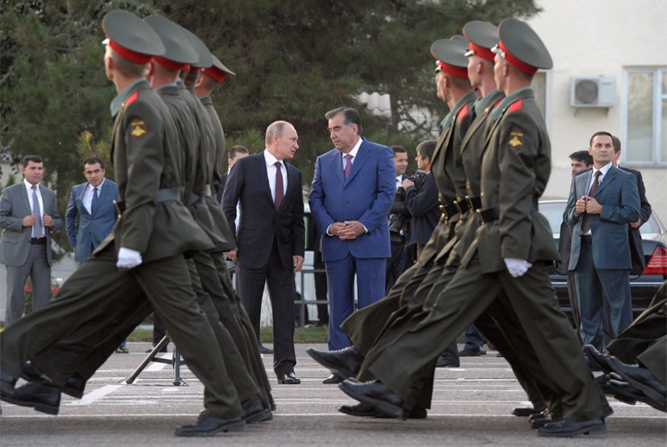 Официальный визит президента России Владимира Путина в Таджикистан. Владимир Путин и президент Таджикистана Эмомали Рахмон во время посещения 201-й российской военной базы
