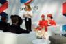 Стюардессы разных авиакомпаний беседуют на форуме по развитию сервисных услуг SKYSERVICE.