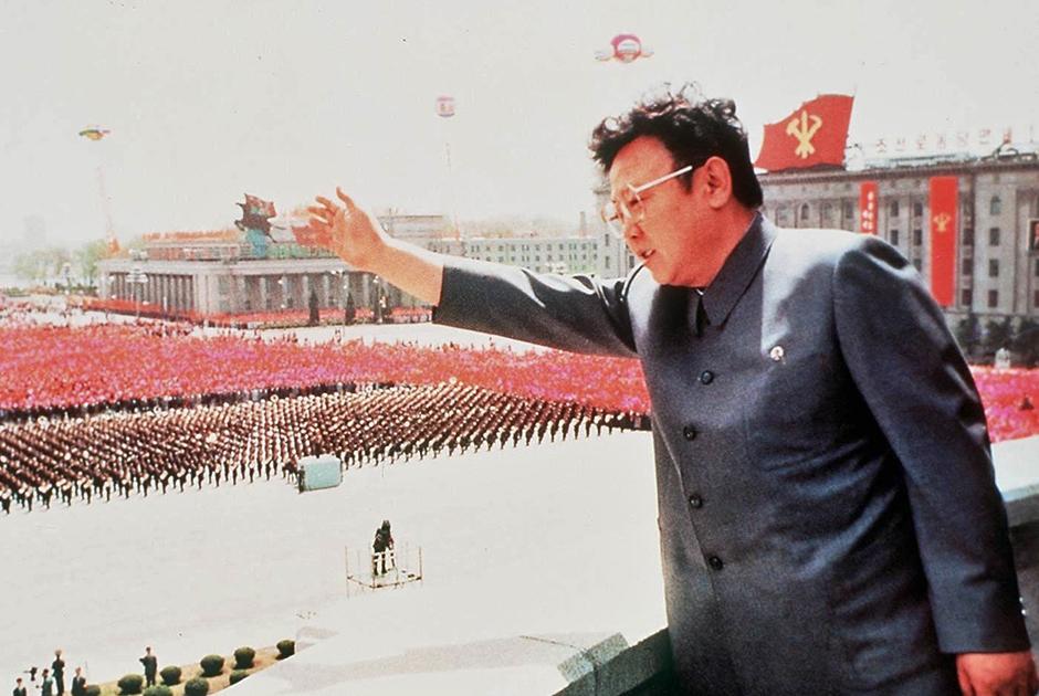 В 1960-е годы старший Ким все чаще отдавал предпочтение френчу, чем подчеркивал наступление мира и благополучия в КНДР. В отличие от френча Мао, костюм Кима сохранил лишь два кармана.