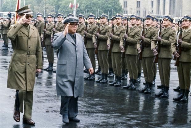 В отличие от своего внука, Ким Ир Сен на встречах с руководителями других стран отдавал предпочтение европейской одежде. На фото: Ким вместе с главой Польской Народной Республики Войцехом Ярузельским принимает парад во время официального визита в Варшаву.