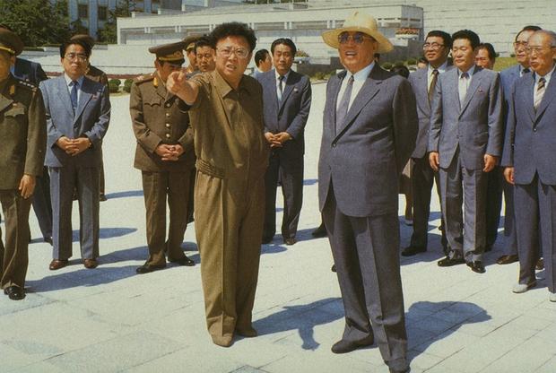 Маршал Ким Ир Сен подписывает перемирие с представителями Республики Корея в Пханмунджоме 27 июля 1953 года. Будучи ветераном Второй мировой и главнокомандующим во время Корейской войны, в первые десятилетия правления старший Ким часто появлялся в военной форме. Обратите внимание на прическу Ким Ир Сена — точно такую же в первые годы правления носил и его внук.