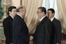 Единственным жестким правилом Ким Ир Сена был запрет на фото- и видеосъемку сбоку и сзади с правой стороны. Ким переживал из-за опухоли на шее, которая была видна в этом ракурсе. Служба протокола четко отслеживала соблюдение этого правила. На встрече с главой СССР Михаилом Горбачевым в Кремле, 1986 год.