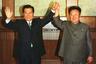 В 2000 году Ким Чен Ир встретился и с лидером Южной Кореи. Для этого он выбрал максимально аутентичный костюм — северокорейский френч серо-зеленого цвета.