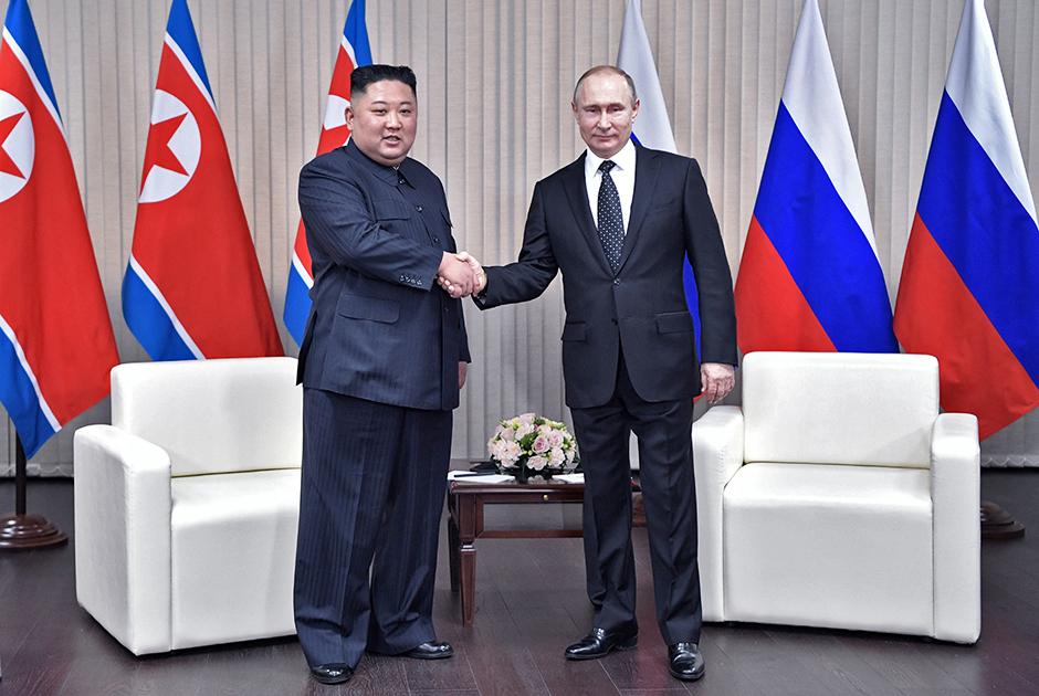 Его же он выбрал и для встречи с Путиным. Обратите внимание на широкие брюки-зут в стиле 1930-х годов. Они стали одной из фирменных фишек молодого Кима.