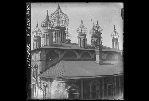 Перенесение саркофагов с останками великих княгинь и цариц перед разрушением Вознесенского монастыря, 1929 год
