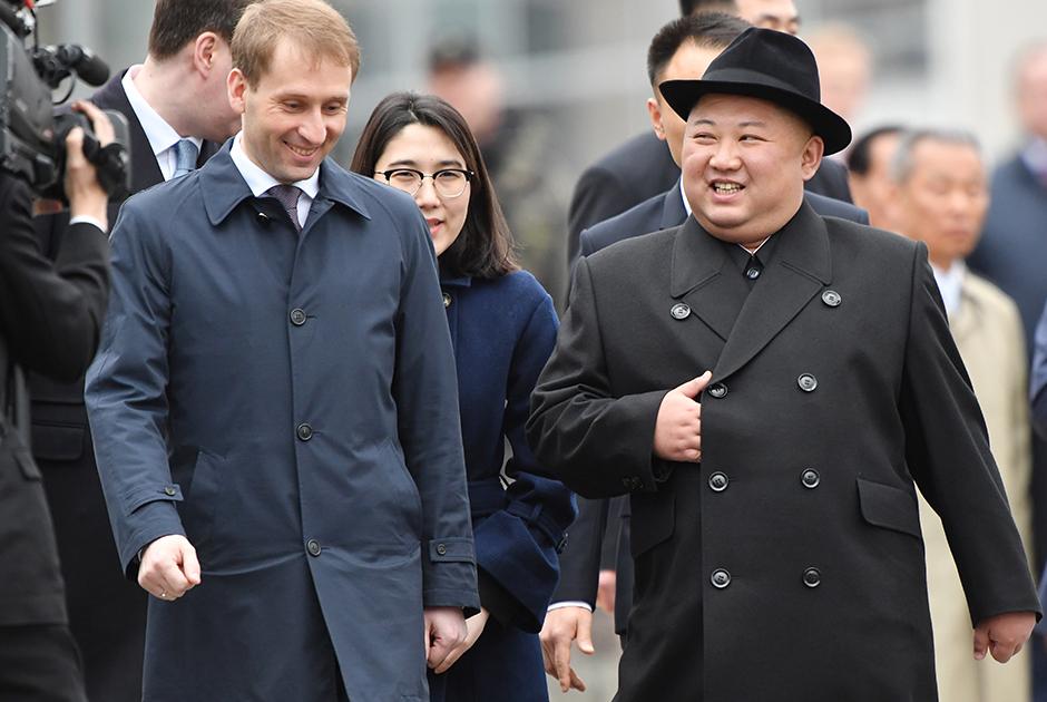 Двубортный пиджак и шляпа-хомбург — еще один привет из 1930-х годов. Ким Чен Ын прибыл с первым визитом в Россию одетым в стиле ретро.