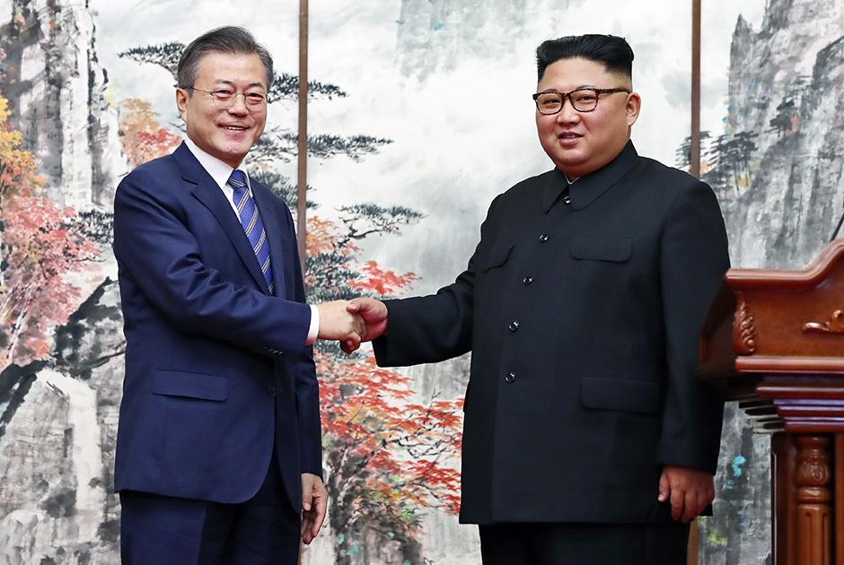 Прическа — еще одно поле для модных экспериментов лидера КНДР. Когда младший Ким хочет подчеркнуть свою готовность к изменениям, он зачесывает волосы назад.