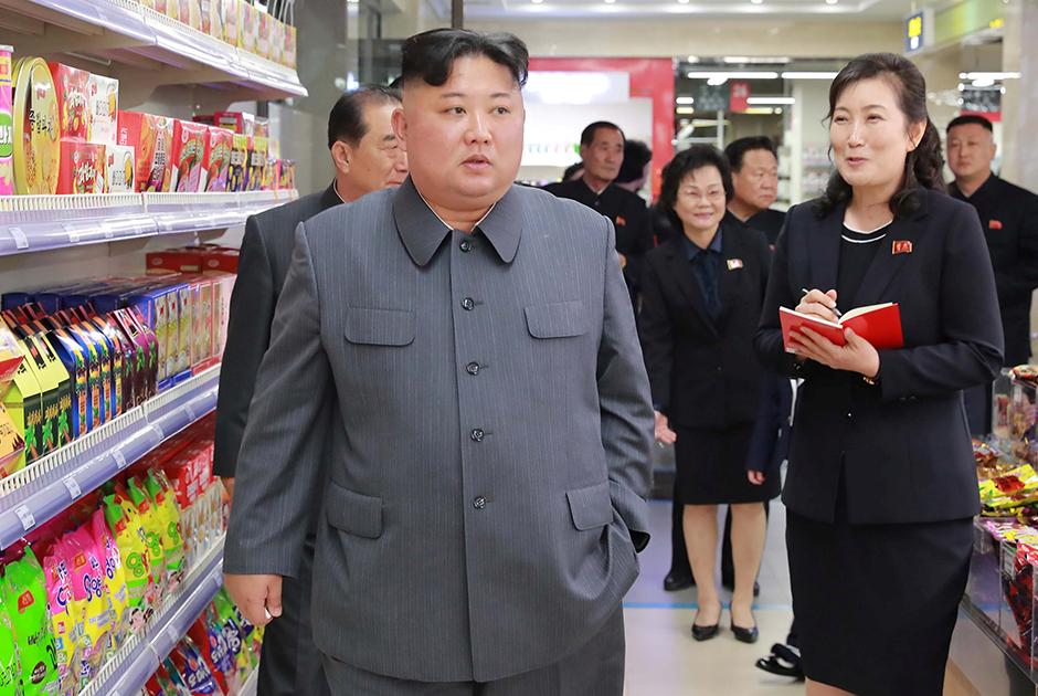 А когда подчеркивает преемственность, зачесывает челку вперед, как это делал его дед Ким Ир Сен.