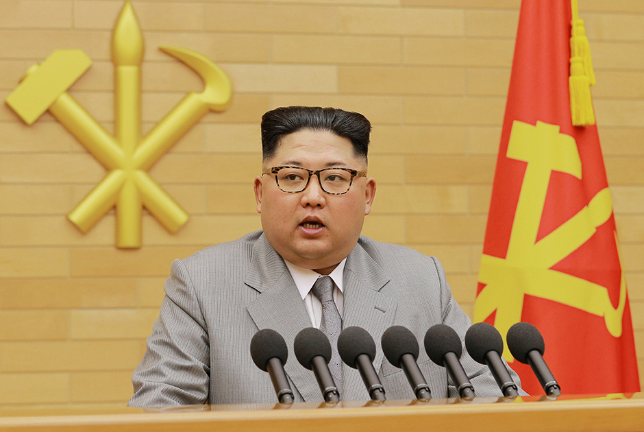 Пожалуй, самый вестернизированный образ Ким Чен Ына, за который его сравнили с банкиром: очки в тигровой оправе, серый костюм в полоску и зализанные назад волосы. Главный герой фильма «Уолл Стрит» Гордон Гекко в исполнении Майкла Дугласа обзавидовался бы.