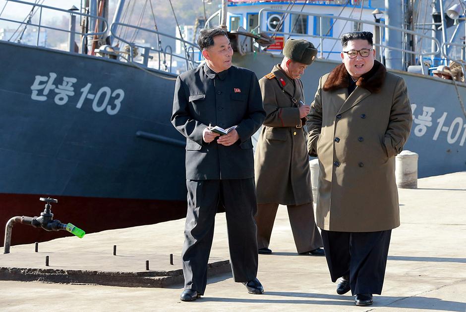 Окружение младшего Кима четко уловило тренды и вернулось к одежде в стиле 1950-х годов. Никаких европейских костюмов или спортивных курток.