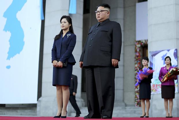По мере того как все увереннее чувствовал себя Ким Чен Ын, смелее становилась и его жена Ли Соль Чжу. В 2018 году она осмелилась надеть на саммит Северной и Южной Кореи достаточно короткую юбку, туфли на каблуках, брошь и распустить волосы. В Азии мало столь же элегантных первых леди.