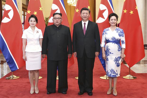 Во время визита в Пекин чета Ким даже поучаствовала в совместной фотосессии с главой КНР Си Цзиньпином и его супругой Пэн Лиюань. И если Ким выглядел на фоне Си несколько экзотично, то первая леди КНДР ни в чем не уступала китайской леди. Западные журналисты уличили Ли в копировании стиля Кейт Миддлтон.