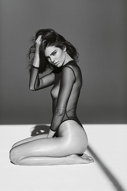 """С моделью Кендалл Дженнер фотограф впервые работал во время съемок для австралийского Vogue. «Когда я познакомился с Кендалл, она была слишком молода для того, чтобы позировать мне. Но она была такой искренней в желании стать супермоделью, что мы вскоре начали работать. Я бы не стал включать ее в свою книгу """"Ангелы"""", чтобы избежать подозрений в провокации и пиаре за ее счет, но я знал, что это много значит для нее самой и что у нее хватит на это духу. Поэтому я попытался показать ее в книге такой, какой вижу сам: невинной и чистой, а не демонстративно сексуальной»."""