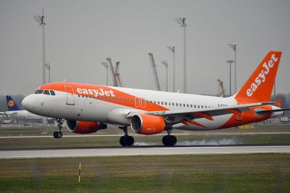 Нервный пассажир захотел выйти из летящего самолета и устроил переполох на борту