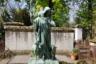 Одно из состоятельных семейств заказало для своего памятника реалистичную и трогательную бронзовую фигуру Христа с агнцами, символизирующими души праведников.