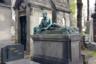 Еще одно надгробие belle epoque, изображающее погребенного под ним человека. Полулежащий, изнуренный болезнью, он до последнего не оставляет своих занятий, очевидно научных (судя по книге в его руках).